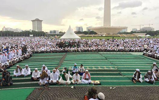 Jutaan umat muslim dalam Aksi Bela Islam III yang akan melaksanakan sholat Jumat berjamaah mengosongkan shaf pertama khusus untuk para peserta aksi dari Ciamis. (tobasatu.com/facebook).