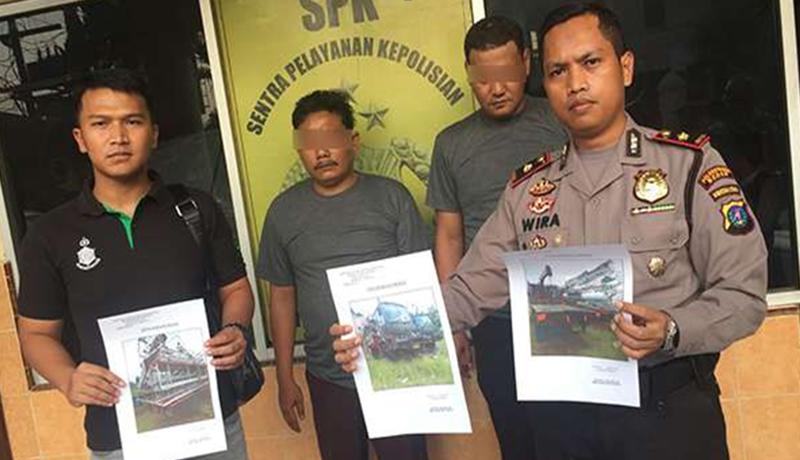 Kapolsek Delitua, Kompol Wira Prayatna saat meperlihatkan foto barang curian oleh oknum PNS Tata Ruang dan Tata Bangunan Medan