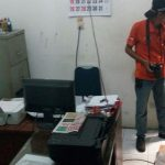 Petugas Inavis dari Polrestabes Medan saat melakukan penyelidikan di kantor PWI Sumut pasca dibongkar maling