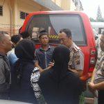 Keluarga salah seorang tersangka bercengkrama dengan Kapolrestabes Medan
