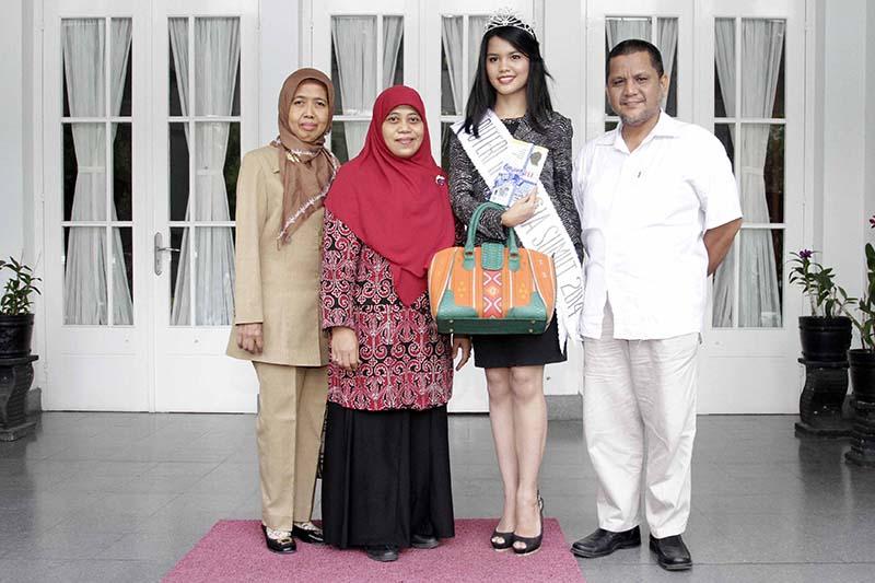 Foto bersama keluarga Putri Indonesia