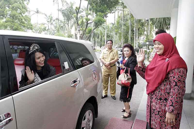 Putri Indonesia Melambaikan tangan