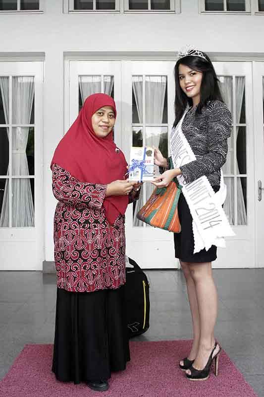 Sutias memberikan buku SUMUT bangkit kepada Putri Indonesia