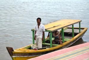 Salah satu perahu yang sering digunakan warga. (Foto: T Bobby Lesmana)