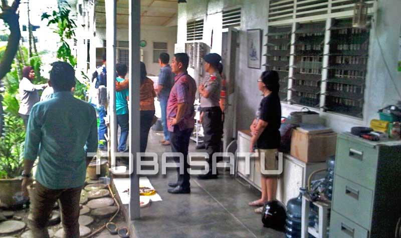 Petugas kepolisian tampak berjaga di kediaman korban pembunuhan di Jalan Sei Padang TOBASATU.COM