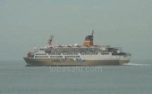 Kapal Penumpang KM.Kelud milik PELNI sedang berlayar di Perairan Belawan saat akan menuju ke pelabuhan Tanjung Balai Karimun (foto : tobasatu.com/ Lee)
