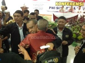 Ketua PWI Cabang Sumut periode 2015-202 H Hermansyah SE juga banjir ucapan selamat dari pendukungnya, sesaat setelah terpilih secara aklamasi. (tobasatu.com/nida)