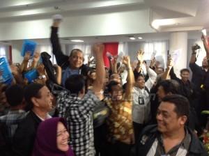 Tak hanya banjir ucapan selamat, Hermansyah juga digotong oleh para pendukungnya, sebagai bentuk luapan kegembiraan. (tobasatu.com/nida).