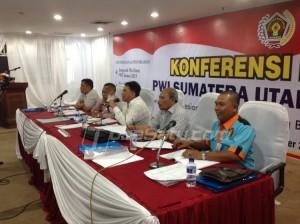 Pimpinan sidang saat memimpin jalannya Konfrensi Provinsi PWI Cabang Sumut, Sabtu (5/12/2015). (tobasatu.com/nida)