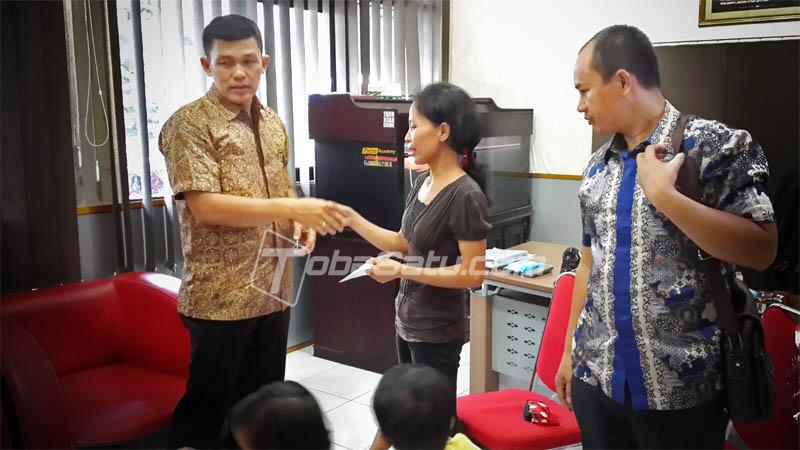 Kapolsek Medan Kota, Kompol Ronald Sipayung bersama Kanit Reskrim AKP Martualesi Sitepu saat memberikan bantuan kepada korban kekerasan ayah.