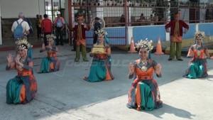Group Tari Sumatera Etnis membawakan tarian persembahan sebagai menyambut kedatangan turis mancanegara ke Pelabuhan Belawan, Sabtu pagi (27/02/016). (tobasatu.com/ Lee)