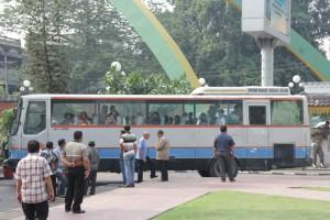 Pemko Medan menyediakan bus sebagai transportasi untuk memulangkan eks anggota Gafatar. (tobasatu.com)