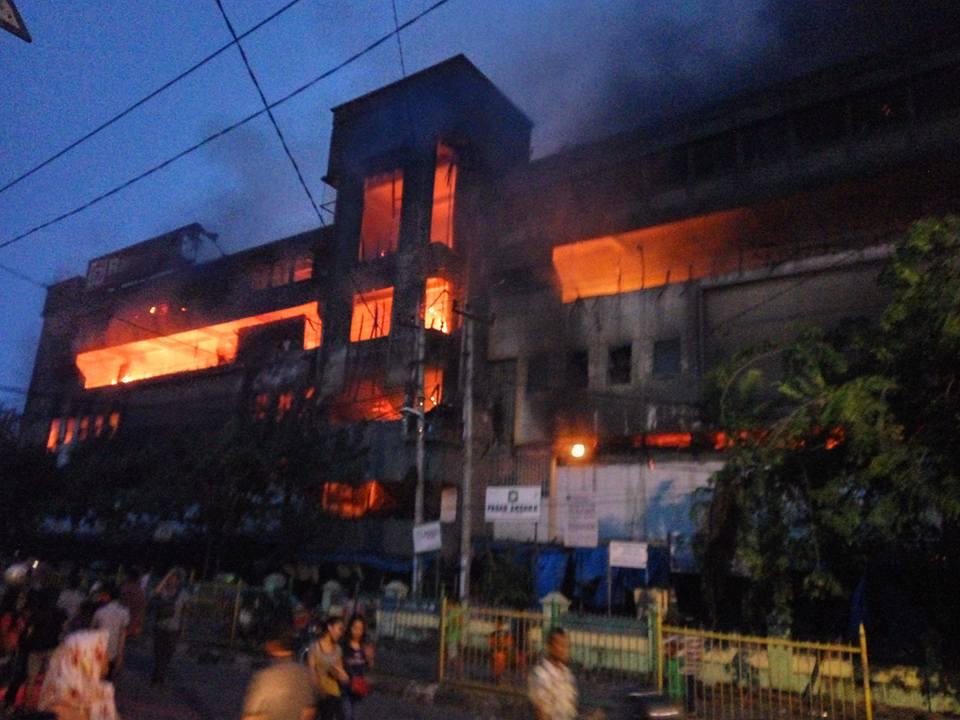Pusat perbelanjaan Aksara Plaza yang hangus terbakar.