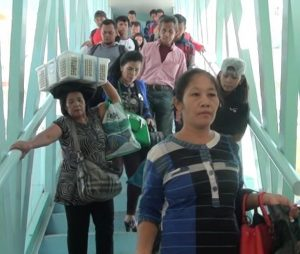 Para penumpang kapal KM Kelud turun dari kapal melalui Garbarata.(foto : tobasatu.com/ lee)