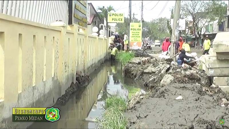 Pemko Medan Timbun Kubangan Jalan Titi Pahlawan Simpang Kantor
