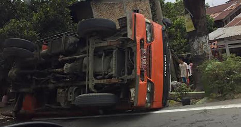 Truk sampah yang terbalik di Jalan Bhayangkara Medan. (tobasatu.com)