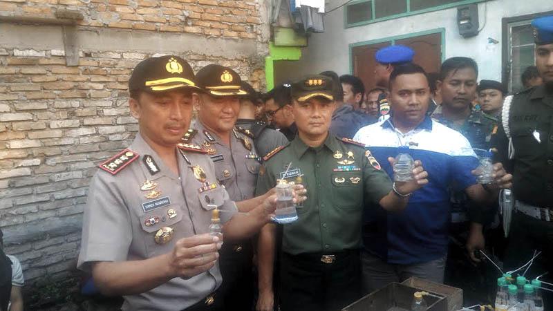 Kapolrestabes Medan dan Dandim 0201/BS saat memperlihatkan barang bukti. (tobasatu.com)
