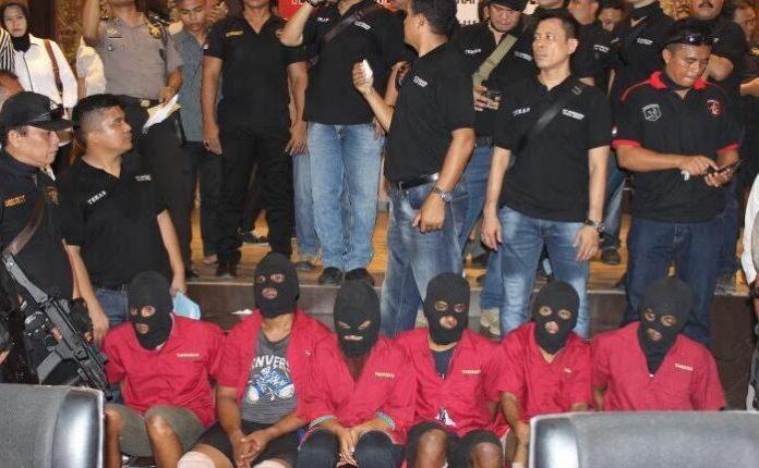 Para tersangka pembunuhan satu keluarga di Mabar saat di paparkan di Polda Sumut