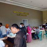 Sejumlah masyarakat ketika mengantri di ruang pelayanan Disdukcapil Asahan, Kamis (3/5/2017)