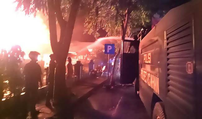 Kebakaran hebat menimpa asrama Satuan Lalulintas (Satlantas) Polres Asahan di jalan Cokroaminoto Kisaran
