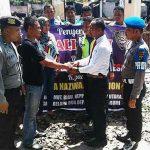 Ketua Alumni Dikmabapeka IPDA Syamsul Adhar ketika menyerahkan bantuan berupa uang kepada salah satu korban kebakaran, Aipda Nazwan, di asrama Satlantas Polres Asahan Kisaran