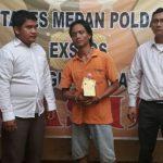 Tersangka pemakai narkoba sabu-sabu Agus (tengah) ketika diamankan di Polsek Medan Barat