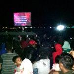 Sejumlah masyarakat ketika menyaksikan film G 30S/PKI, yang digelar Kodim 0208/Asahan di alun alun Rambate Rataraya Kisaran, Sabtu (30/9/2017), malam.