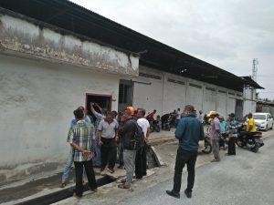 Protes warga di pabrik kelapa Sejati