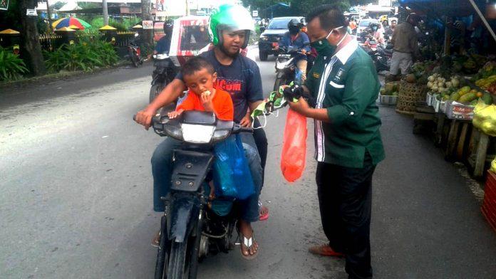 Ketua DPC PKB Kota Binjai, Samsul Bahri Pane Bagikan Masker Gratis Kepada Masyarakat